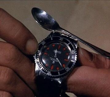 Magnetische Uhr mit Säge