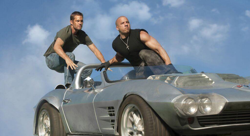 Brian O'Connor (Paul Walker, l.) und Dom Toretto (Vin Diesel) haben den Auftrag, beschlagnahmte Autos von einem fahrenden Zug zu stehlen. © 2011 Universal Studios. All Rights Reserved.