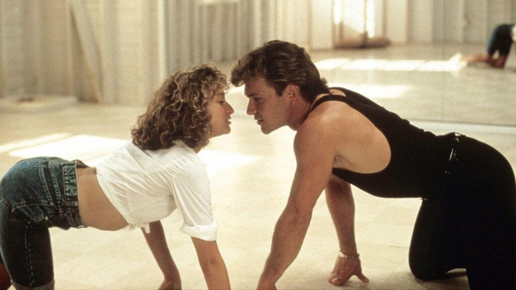 Zusammen mit dem Tanzleher Johnny Castle (Patrick Swayze) bereitet sich 'Baby' (Jennifer Grey) auf den wichtigen Auftritt vor. © RTL II