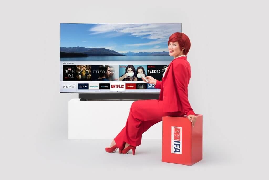 Miss IFA präsentiert Produktneuheiten zur IFA 2017: QLEDTV8C und All-in-One MS6500 Soundbar von Samsung © IFA