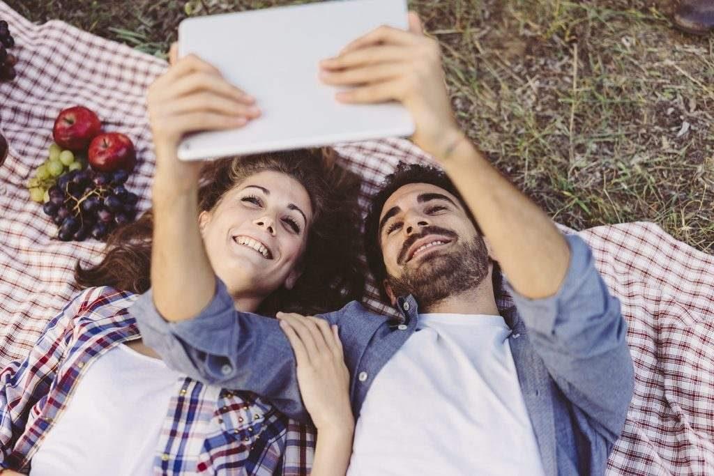 Glückliche Paare schauen häufiger gemeinsam fern als