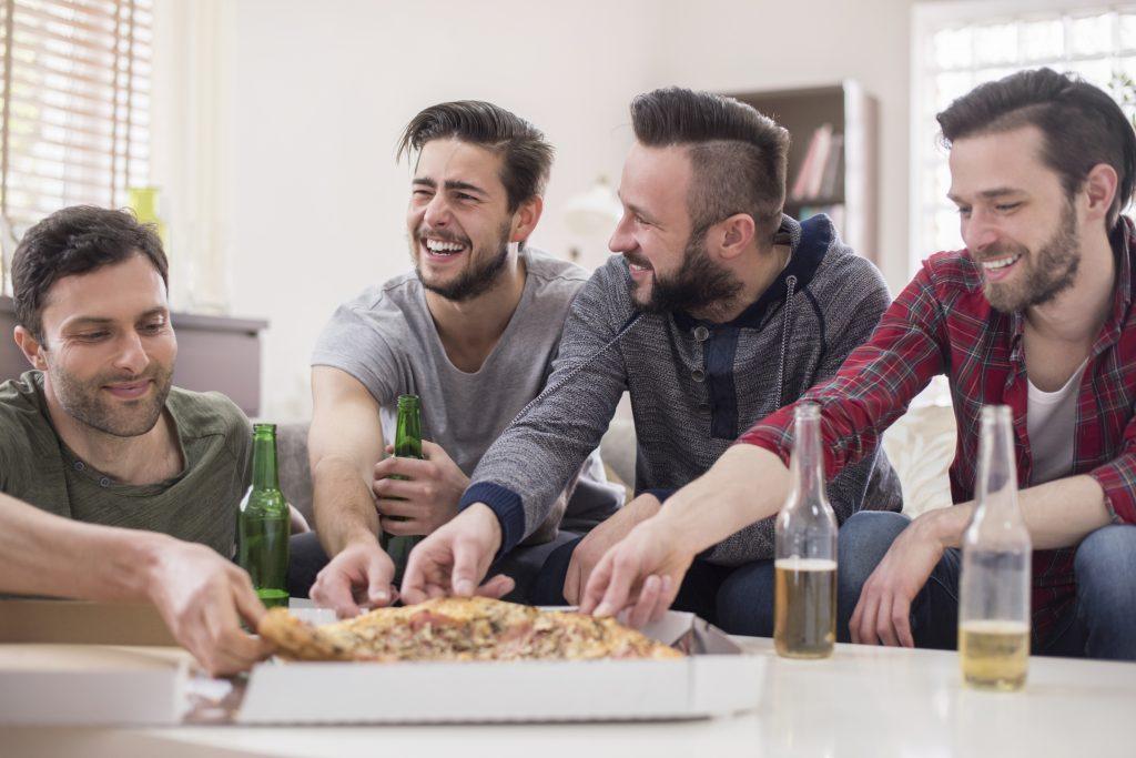 Männer beim Fußball schauen